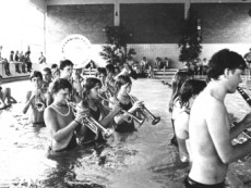 Auch im Wasser noch spielfähig!! .Ferienfreizeit in Nieheim 1983